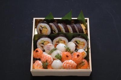 箱入り 特上巻き寿司と手毬寿司の画像